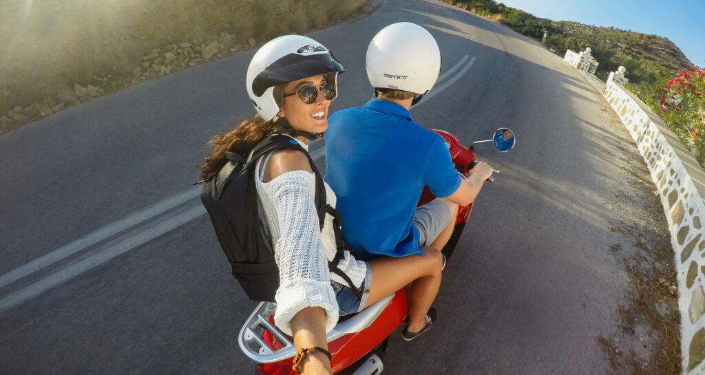 Vrouw filmt in selfiemodus met een GoPro