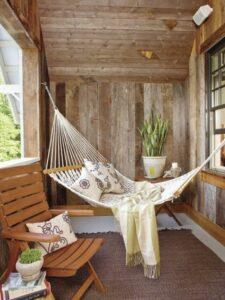 Sfeerfoto van een hangmat op een balkon