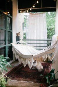 Sfeerfoto op een balkon met hangmat