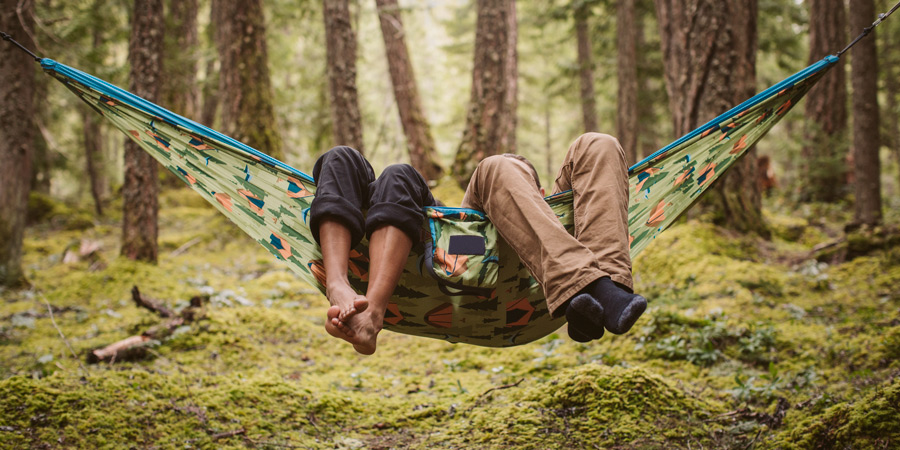 Sfeerfoto van twee mensen in een hangmat