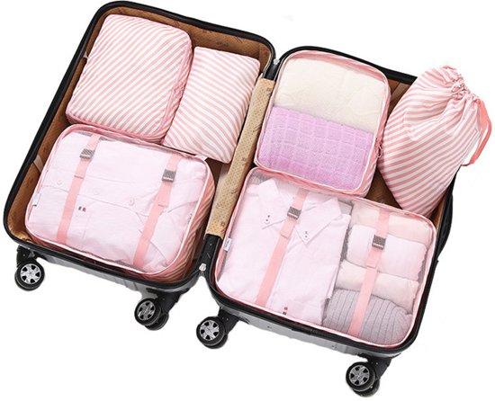 Koffer met daarin packing cubes
