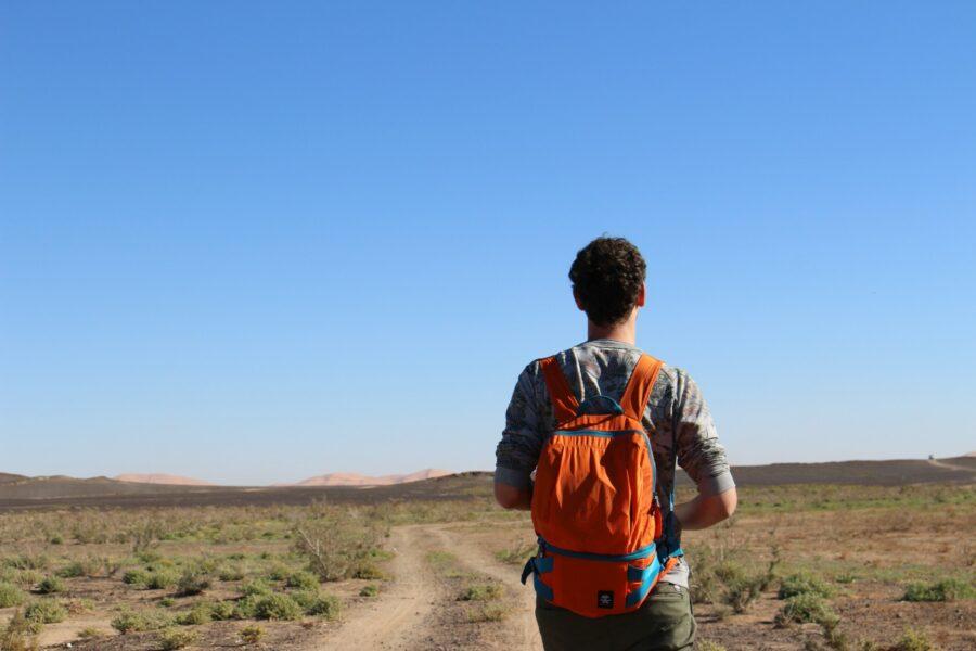 The orange backpack foto
