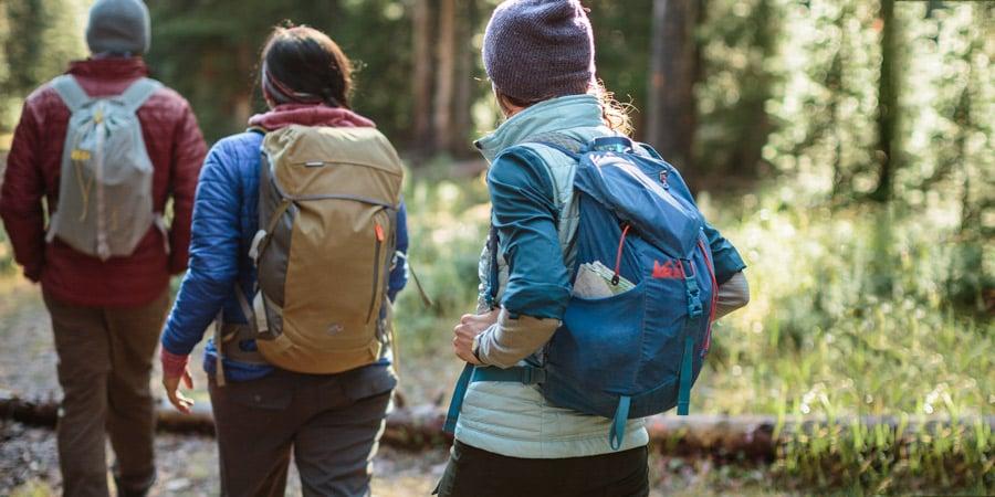 Hikers lopen met een waterdichte rugzak
