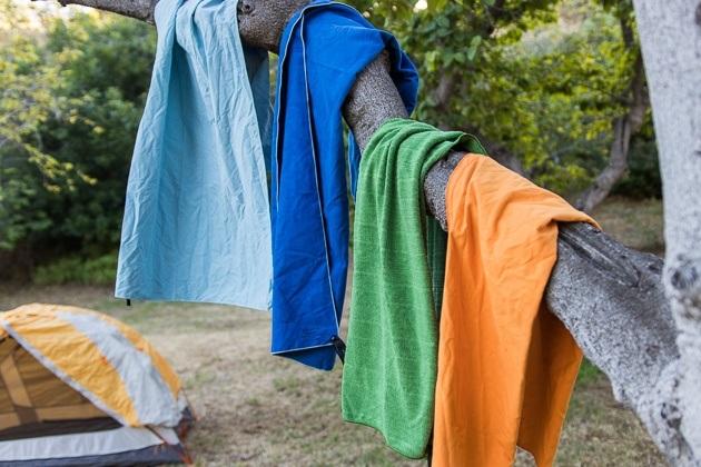 Reishanddoeken hangen te drogen aan boom